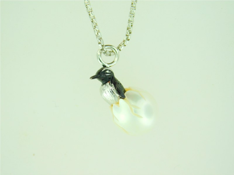 Galatea 18 Inch Sterling Silver Penguin In A 10.5 Millimeter Fresh Water Pearl.